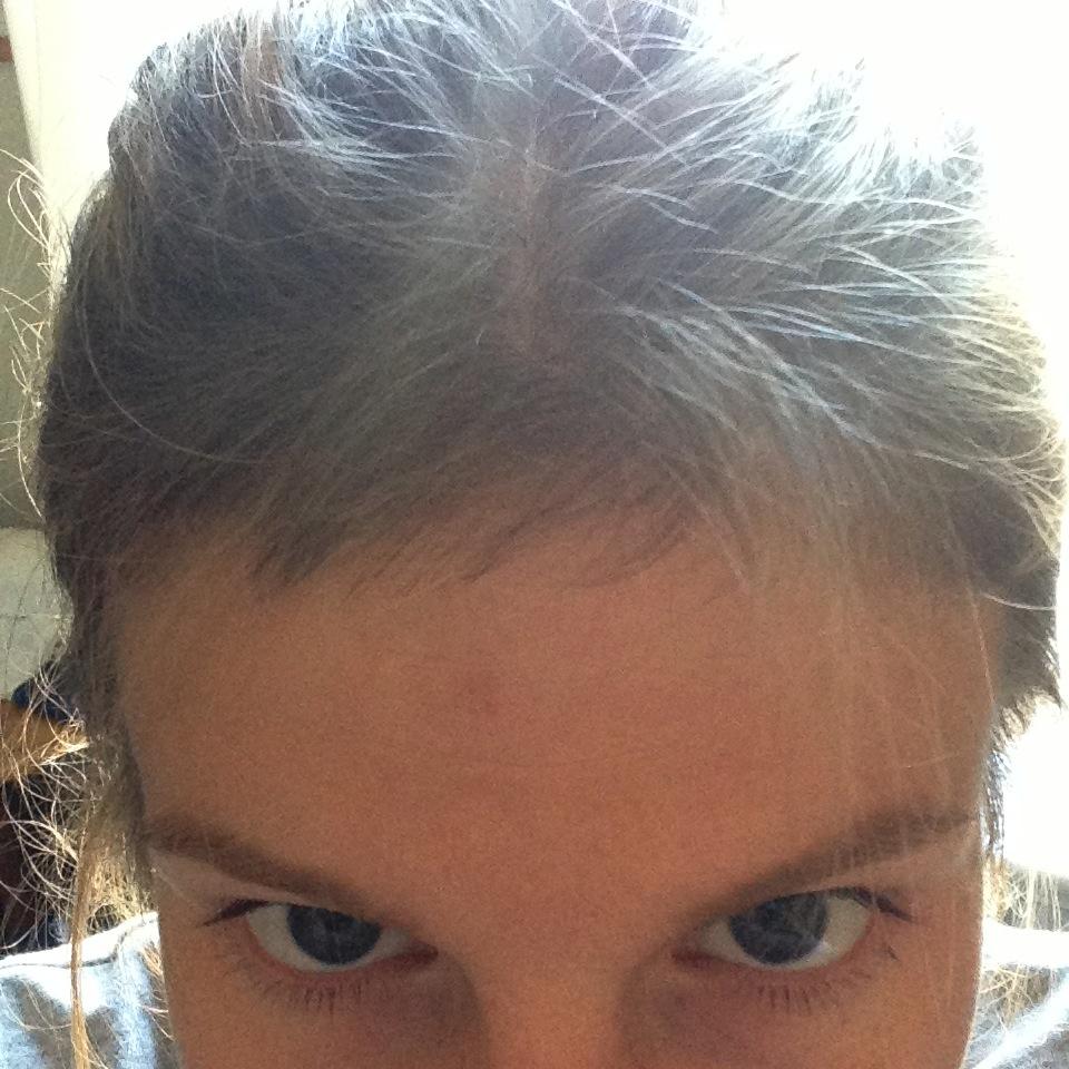 håret går av vid luggen
